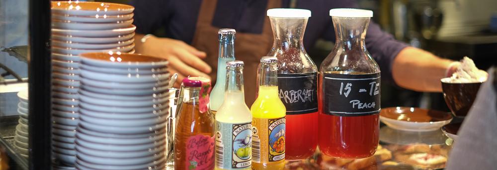 Hjemmelavet rabarbersaft på Sigfreds Kaffebar i Ryesgade_