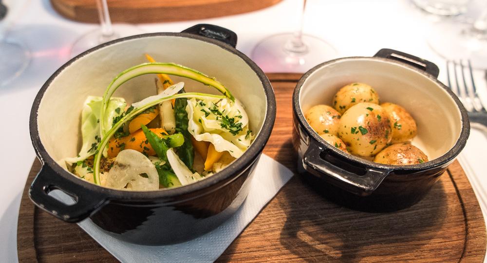 Hønsefrikassé med grønne asparges, gulerødder, confiteret and, glaskål, ærter og nye danske kartofler på Café Casablanca