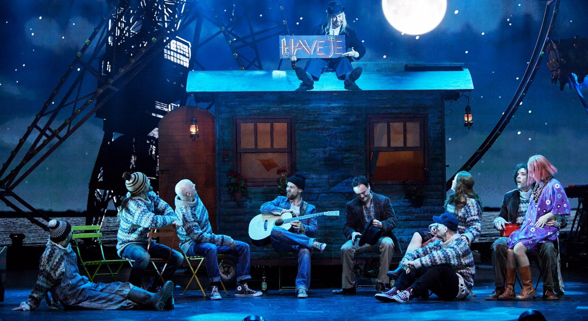 "Anmeldelse: Musicalen ""Midt om natten"" er en underholdende og nostalgisk tidslomme"
