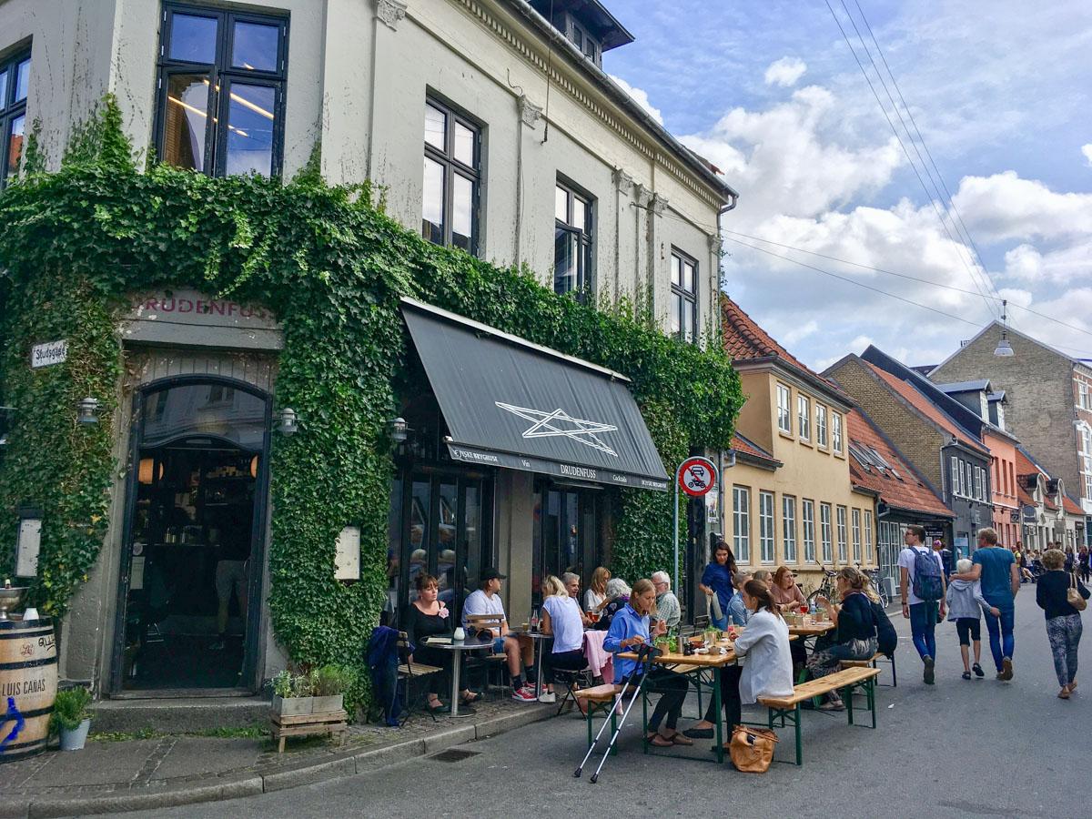 """Café Drudenfuss: """"vi har fu***** travlt, vi har pyntet gaden med bænke og borde, og der er uendelig god stemning"""