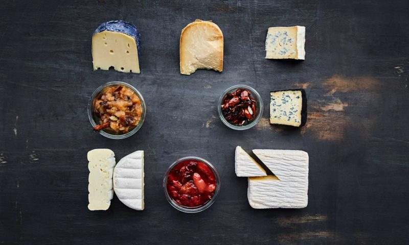 Når oste smager godt i sig selv, er der ikke brug for tilbehør, mener sensoriker Lisbeth Ankersen. Hendes juleosteplatte serveres som et måltid med friskost fra Søvind Mejeri til 'forret'. 'Hovedretten udgøres af Them Andelsmejeris Karlsø Kaprin, Mønchego fra Hårbølle Mejeri og Høgelundgaard fra Arla Unika'. 'Desserten består af Rød Krystal fra Them, den franske Mimolette og Arla Unikas Kry. Foto: Niels Åge Skovbo