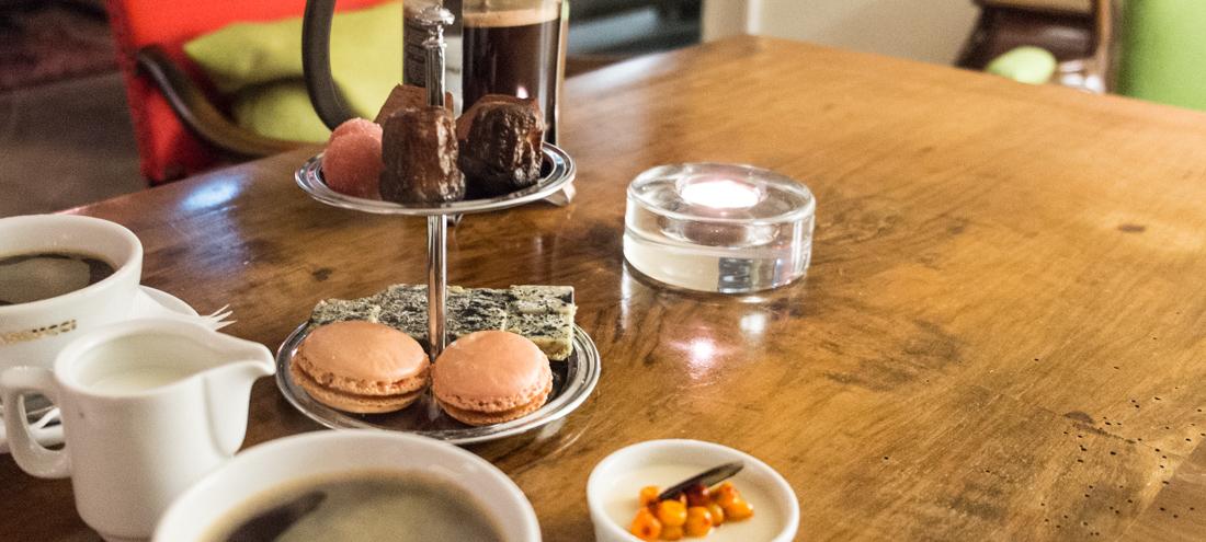 Kaffe og sødt i kælderen på Norsminde Kro