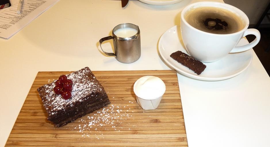 Kage og kaffe hos Café GLAD! i Aarhus