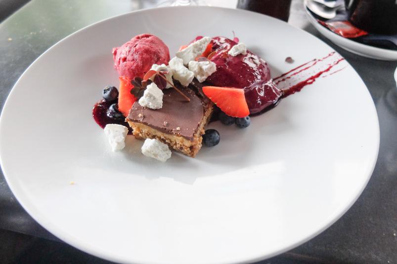 Karamelkage og blåbær i tre variationer hos Café Faust ved åen