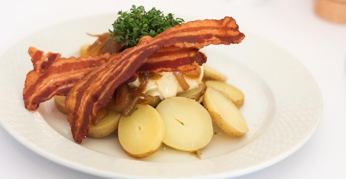 Kartoffelmad, med mayo, bløde, stegte løg, karse og bacon på Den Lille Kro