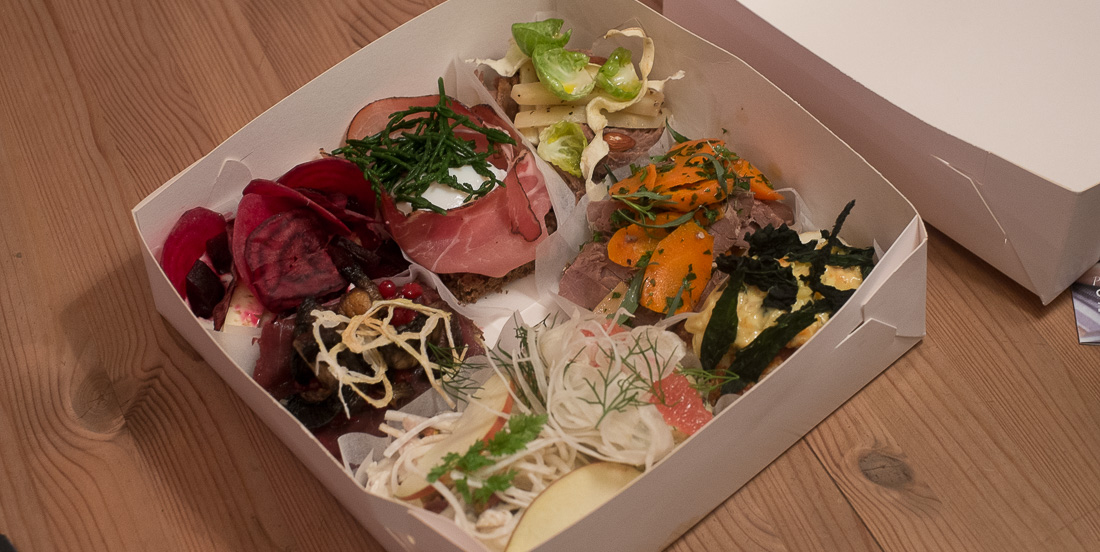 Kassen med vores smørrebrød fra Kählers Spisesalon