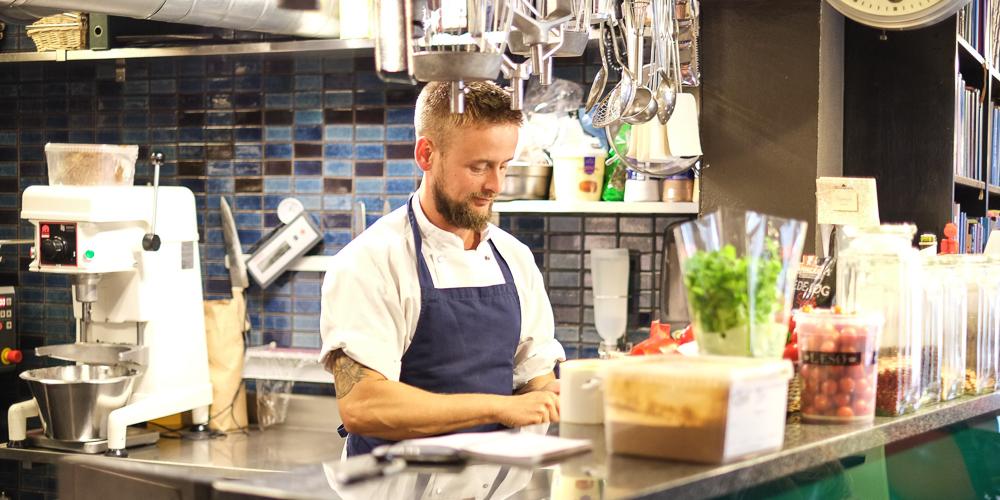 Køkkenchefen på Sigfreds Kaffebar i Ryesgade_