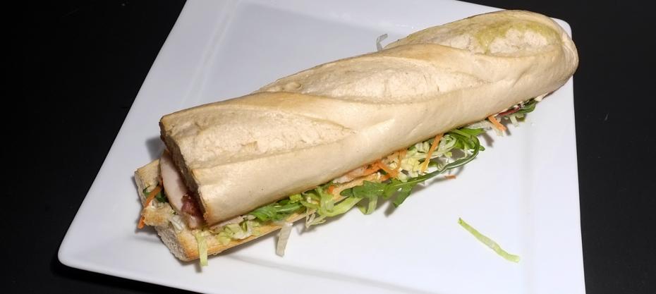 Kyllinge-bacon sandwich med lyst brød fra Food Lounge