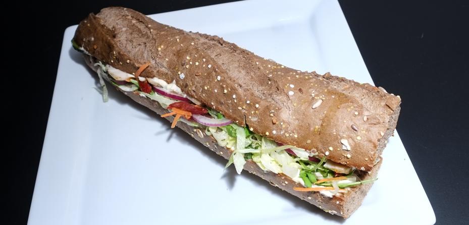 Kyllinge-bacon sandwich med mørk brød fra Food Lounge