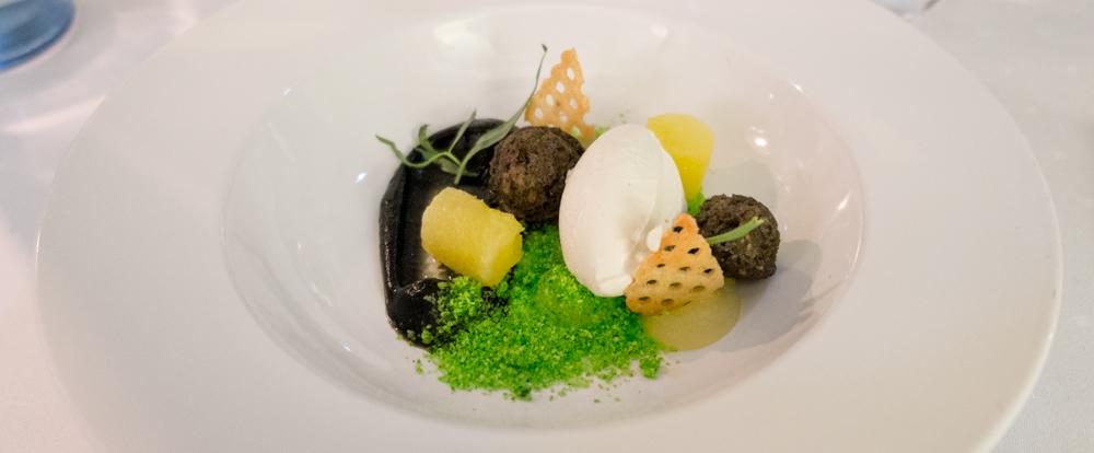 Lakridscreme, ananascreme, sprød vaffel, ølkage, estragon og en estragon-crumple og vaniljeis på Miró