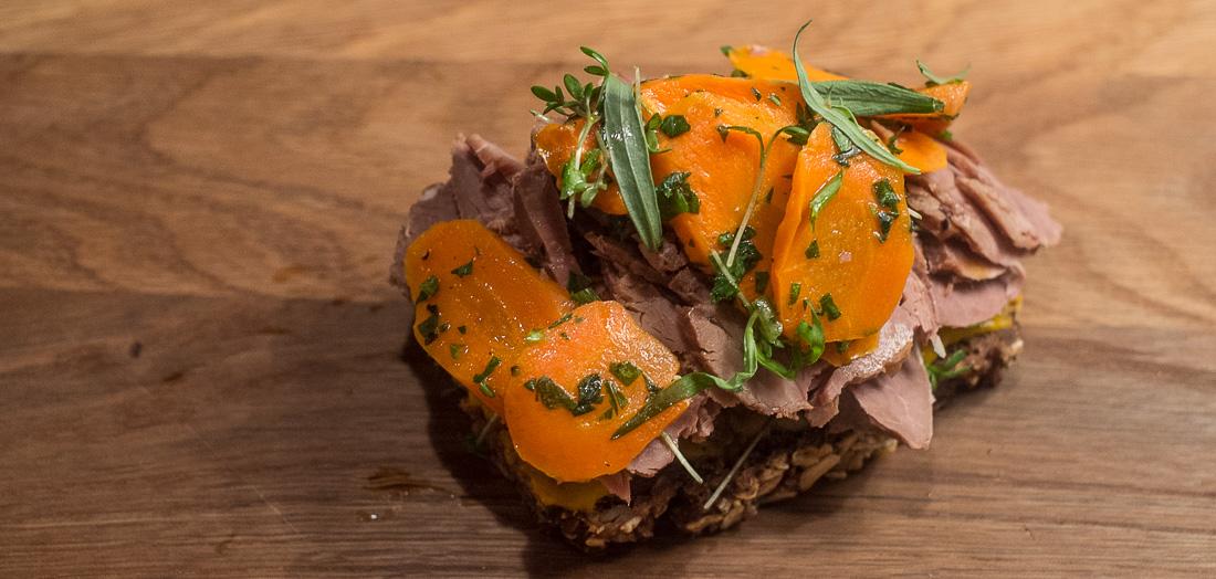 Lam og bagte rødder fra Kählers Spisesalon