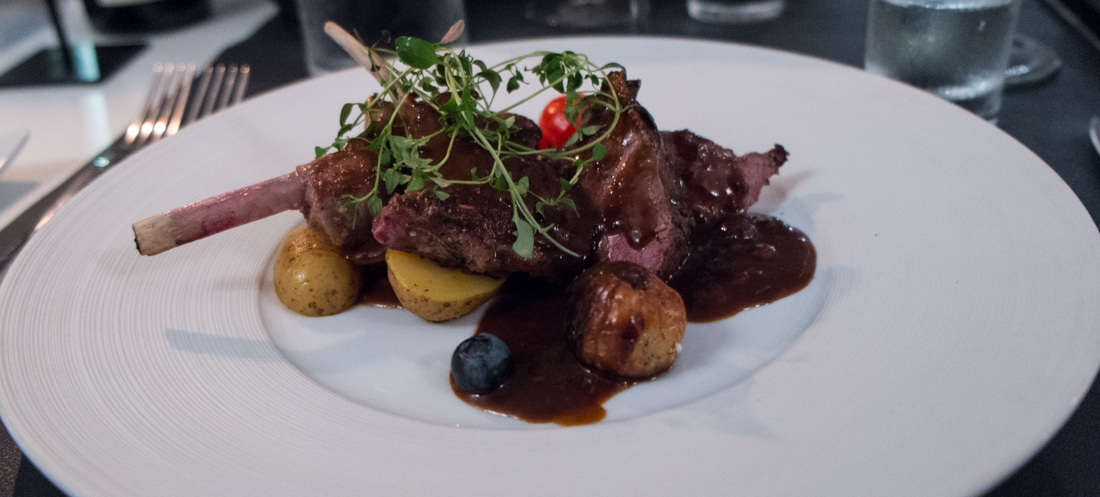 Lammekrone og krondyrfilet på Restaurant Lajmi i Jægergårdsgade