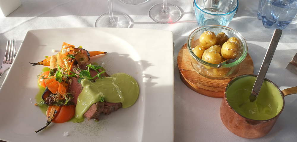 Langtidstegt kalvefilet med sprødt svær Restaurant Martino_