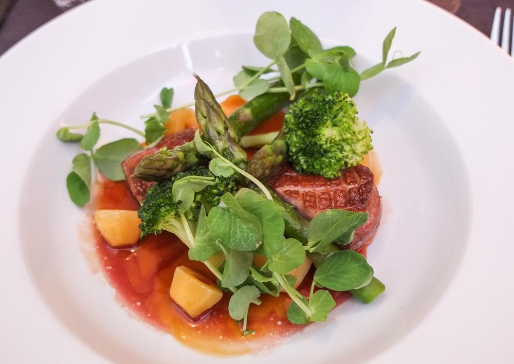 Let røget gåsebryst serveret med asparges, broccoli samt kyllingesky på La Pyramide