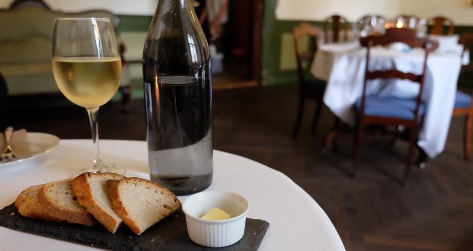 Lidt brød og vin på Restaurant Sostrup Slot