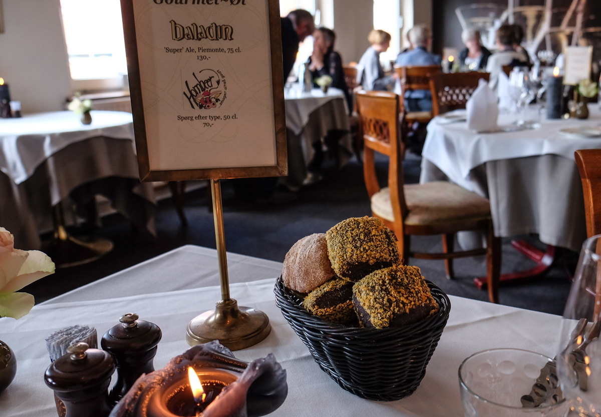 Lidt brød på Malling Kro syd for Aarhus_