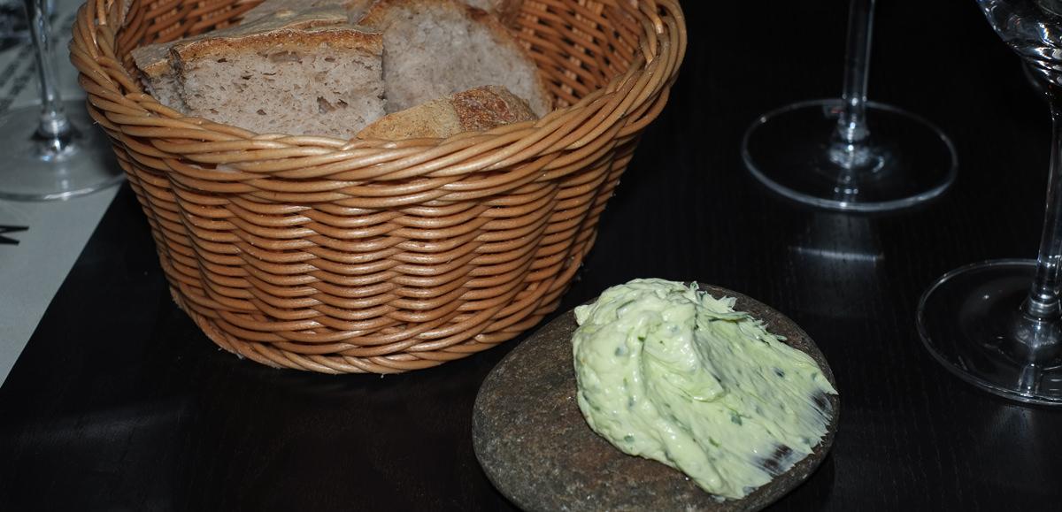 Lun friskbagt brød med hjemmerørt luftig smør på Nordens Folkekøkken i Jægergårdsdage