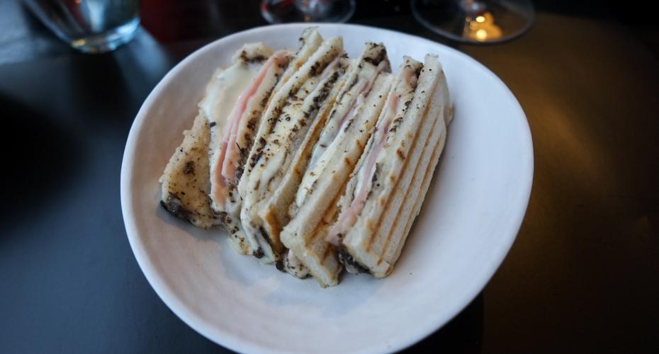 Lys ristet toast med kogt skinke, trøffel og mozzarella på CANblau i Aarhus