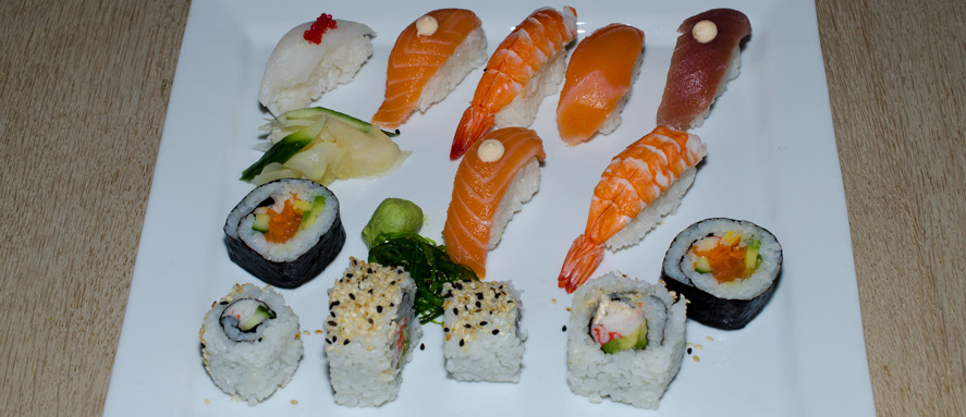 Menu med 12 stykker-blandet-sushi-fra-Restaurant-Soya