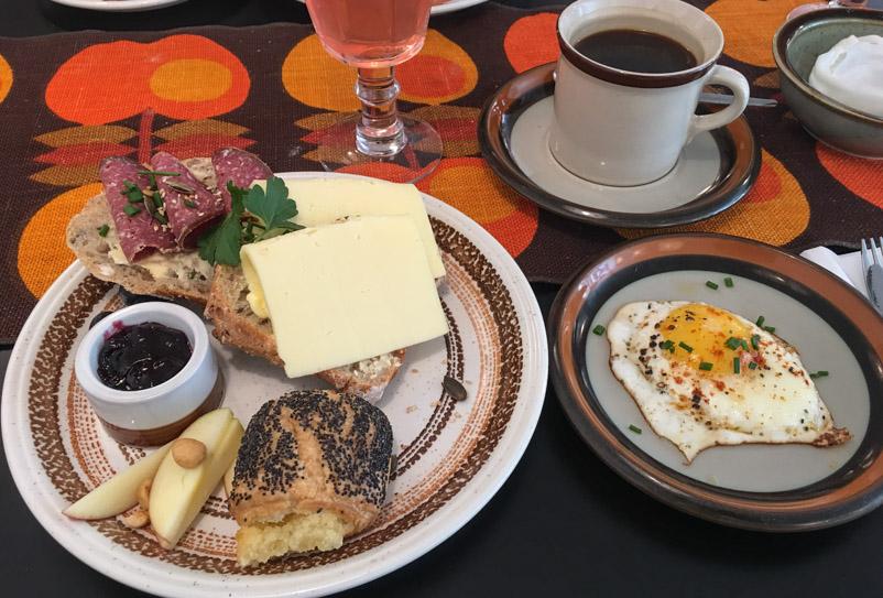 Morgenmad på Café Stuen th