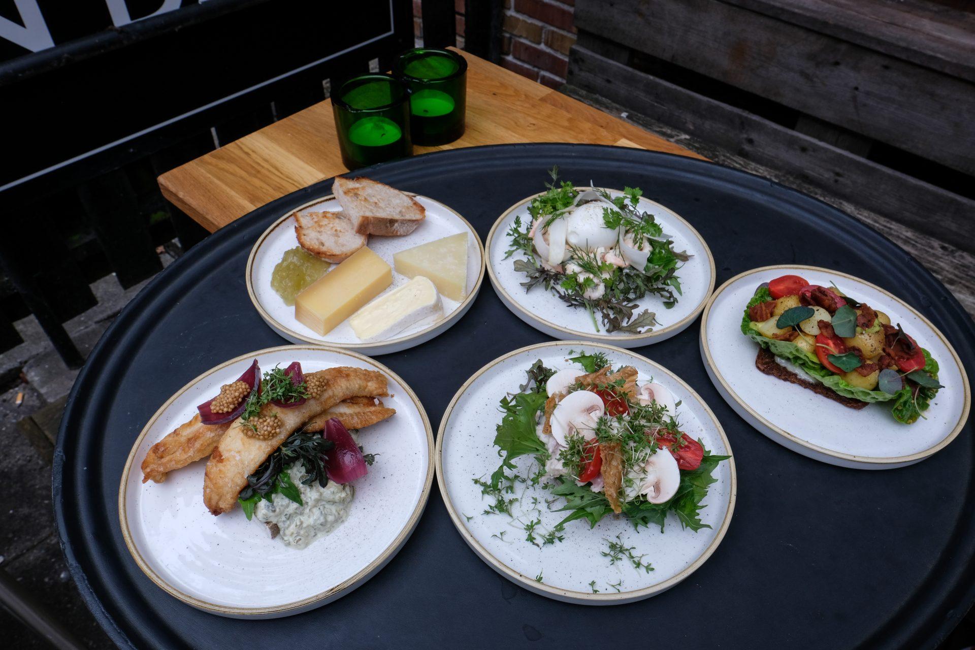 Takeaway i gårdhaven: Norsminde Kro laver bl.a. smørrebrød som takeaway