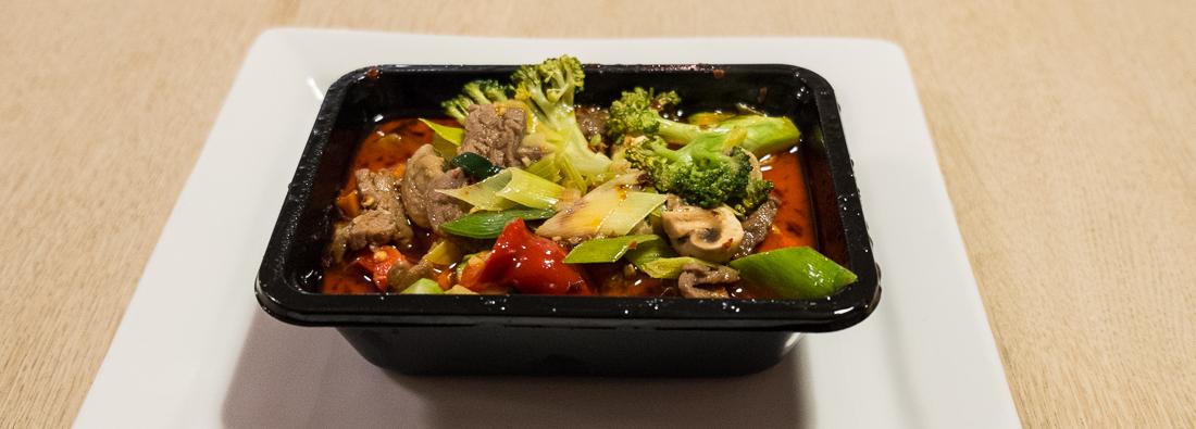 Oksekød og grønsager i rød karry fra Orientalsk Køkken