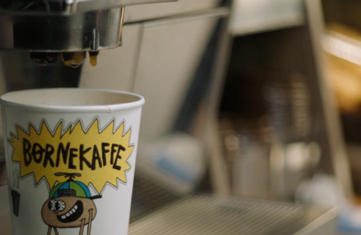 Køb kaffe og støt udsatte børn: Børnekaffe-kampagnen ruller igen
