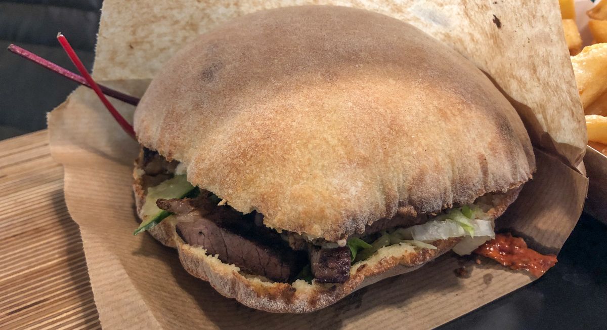 Hasle Torv: Ny pita- og burgerbar laver pita efter mormors opskrift