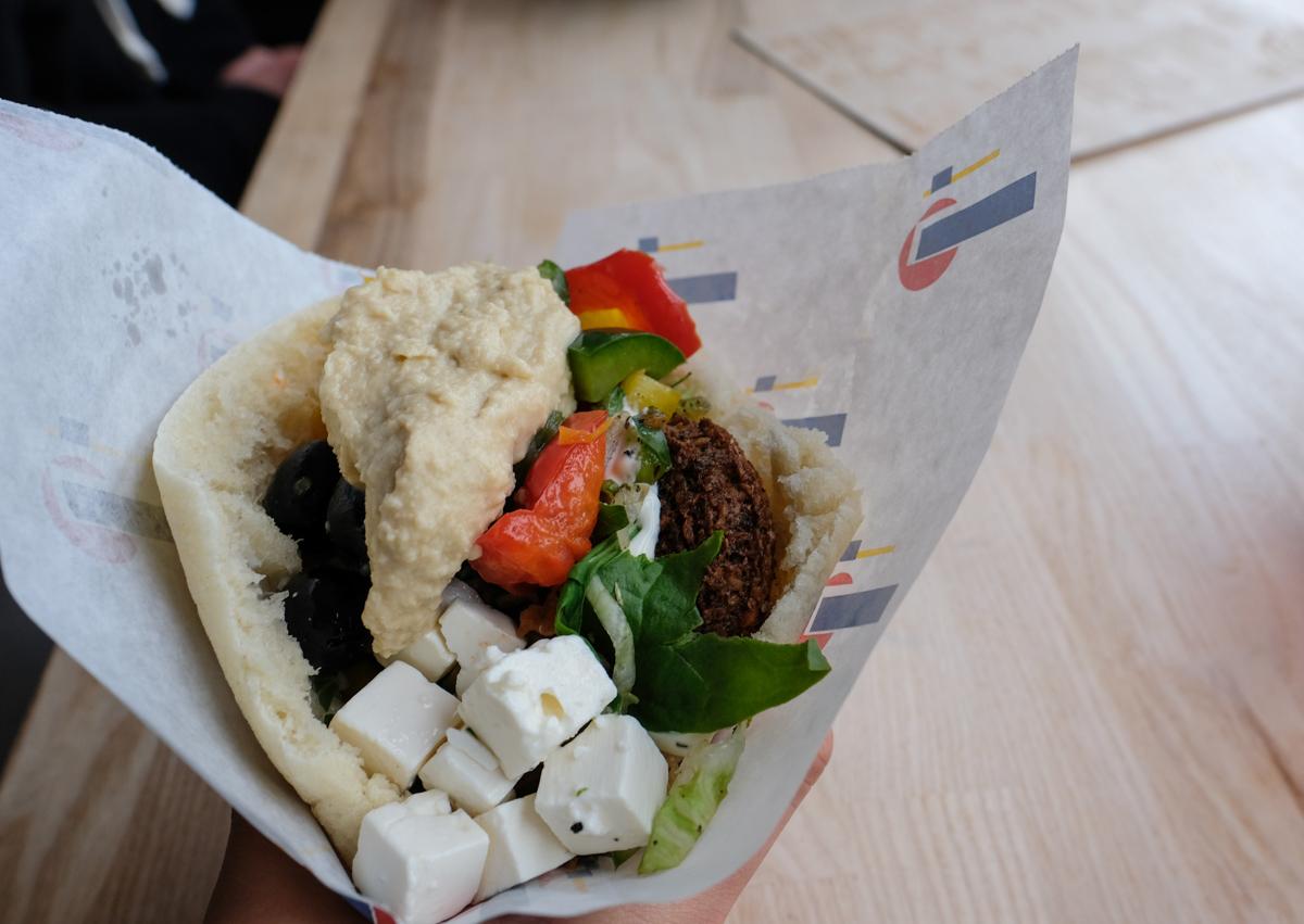 Pita med falafel hos The Hummus & Pita Bar