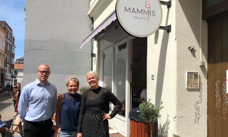 Fra venstre: Rasmus Kjærulff Ingemansen fra EDC Erhverv, efterfulgt af Helle og Michelle Schmidt fra Mammis.