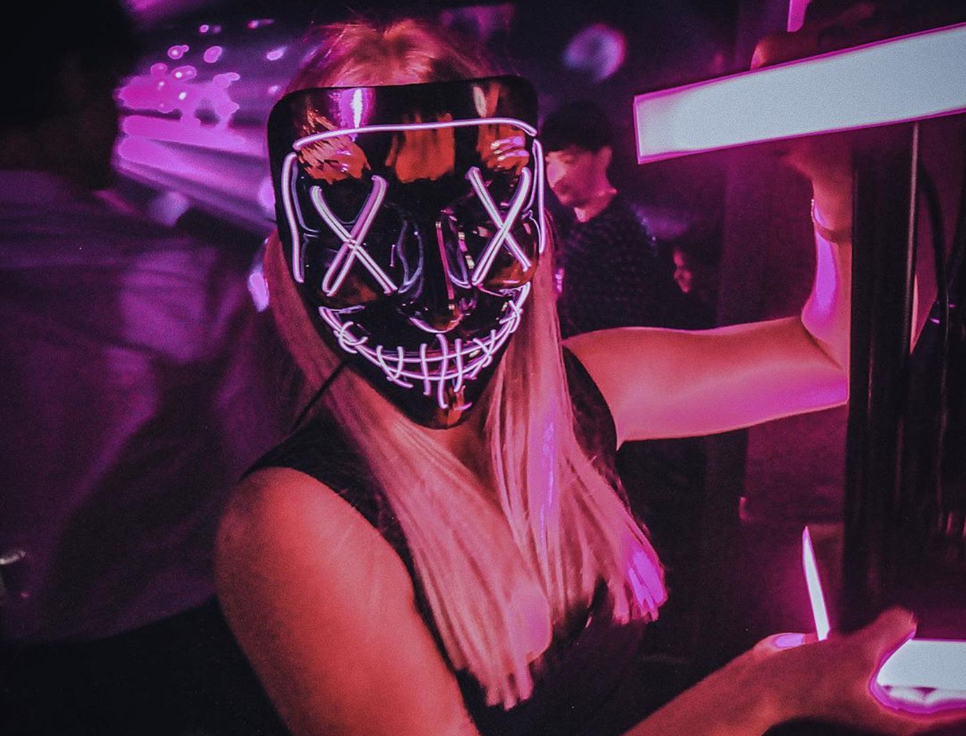 """Der må danses på bordene: Her er """"The Shit"""" af en cool bar"""