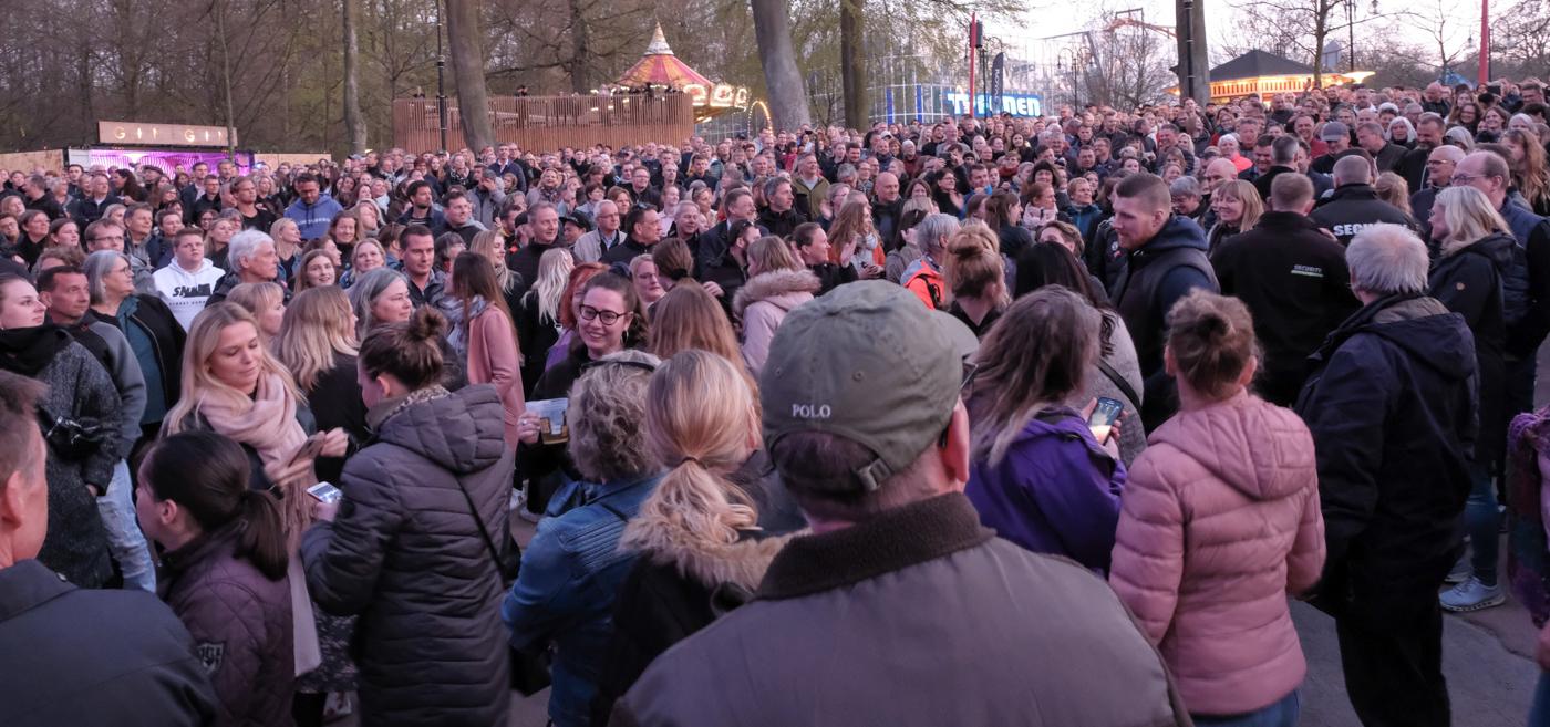 Fed Fredag kom godt fra start: Rasmus Walter sprang ud over scenen i en nærværende koncert