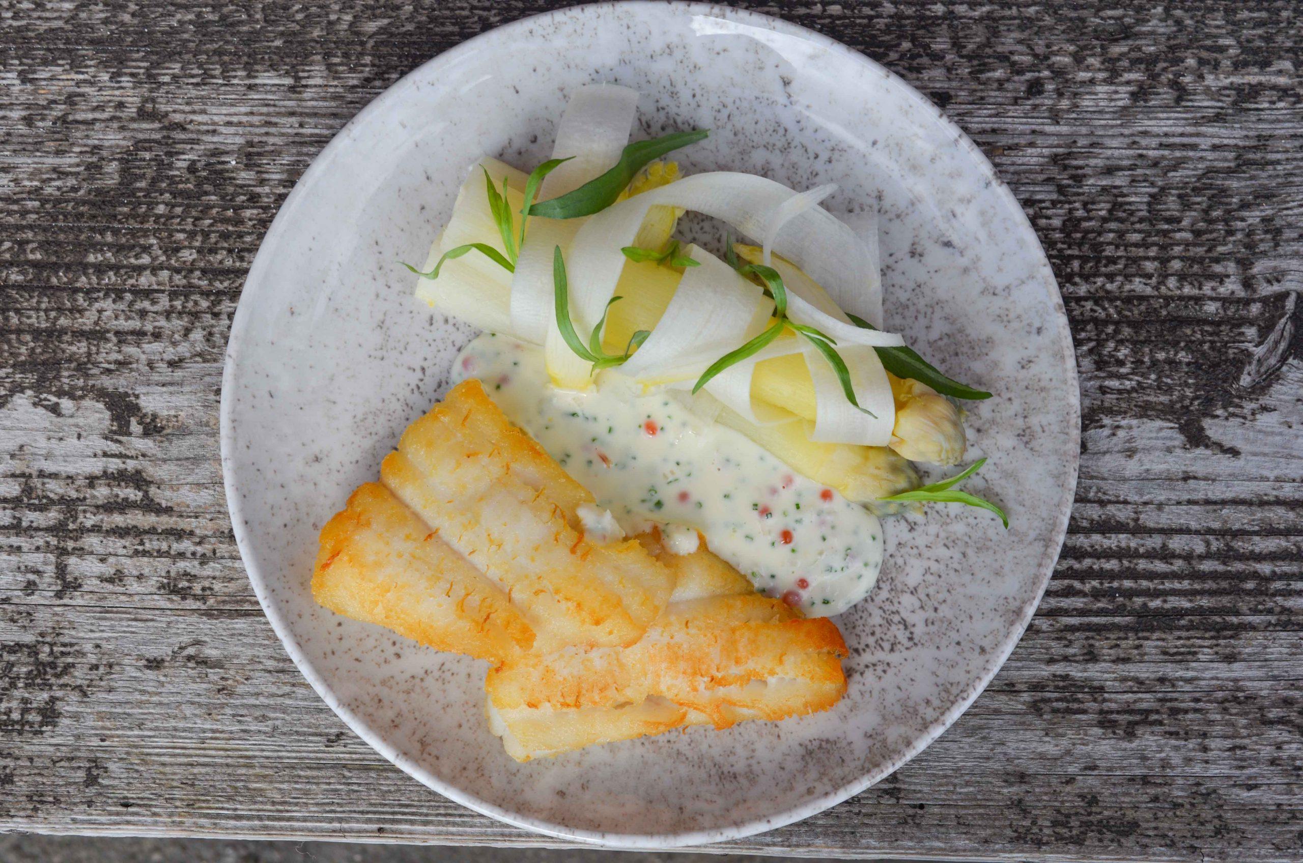 Opskrift: Stegt skærisingfilet med hvide asparges og creme fraiche med ørredrogn