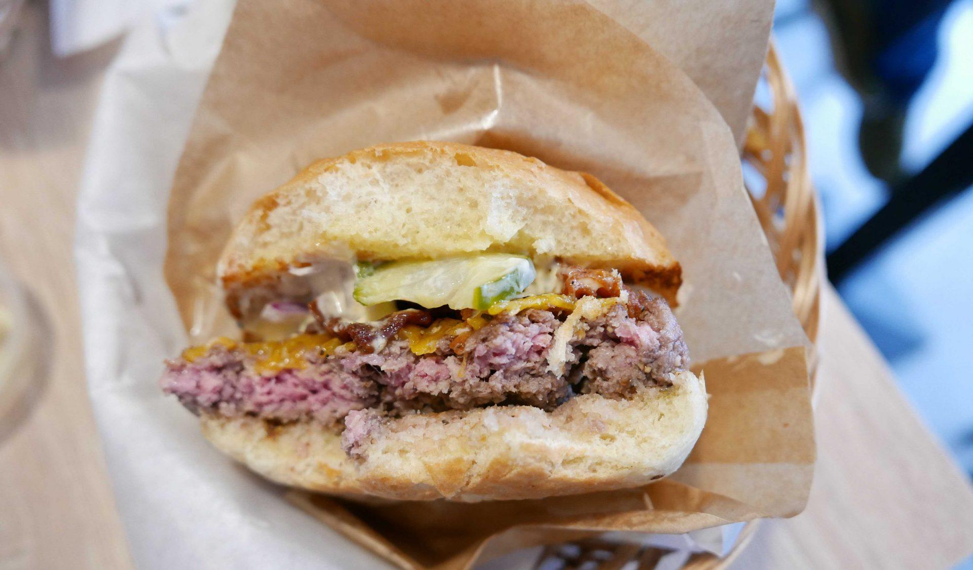 Rosa bøf i burgeren hos Burger Boom_