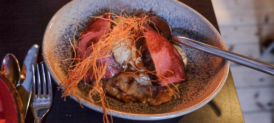 Rosastegte kalvefilet på rosmarin- kartoffelmos med cremet svamperagou hos Sans med Früd