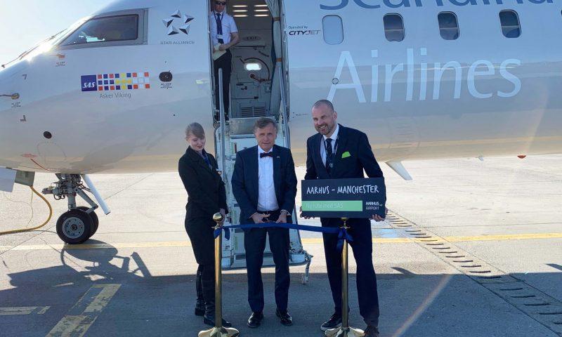 Aarhus Airport har lyttet til efterspørgslen fra østjyske erhvervsfolk og fodboldfans. Første april klippede Henrik Kleis således snoren til den nye Manchester-rute.