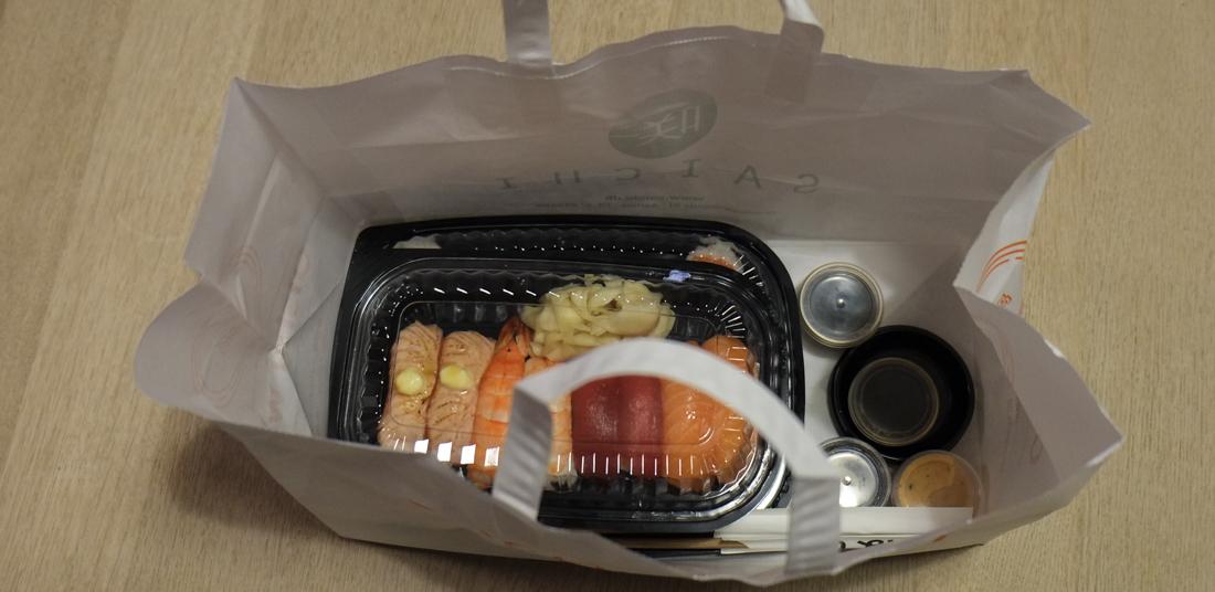 Sådan kom vores takeaway fra Oishii Running Sushi