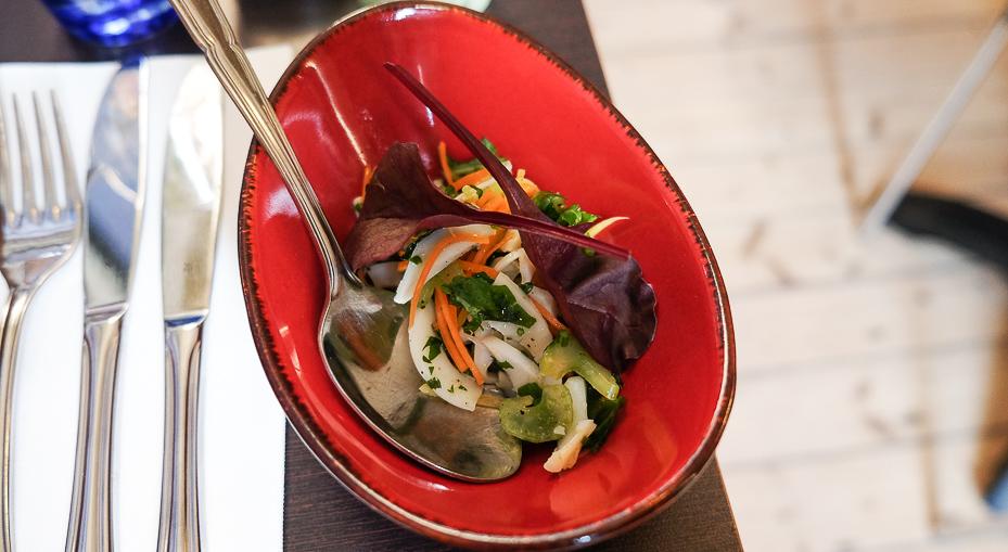 Salat af blæksprutte i sensommerens farver, marineret i lime og citron hos Sans med Früd