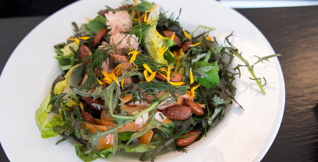 Salat med varmrøget laks på SLAP AF i Aarhus