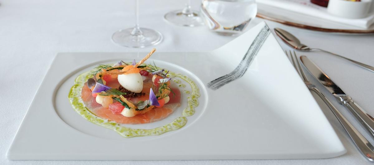 Saltet tun, saltet laks, braiseret blæksprutte, dild, asparges, kantalupmelon, syltede radiser og salturt hos Restaurant Koch- Aarhus Update