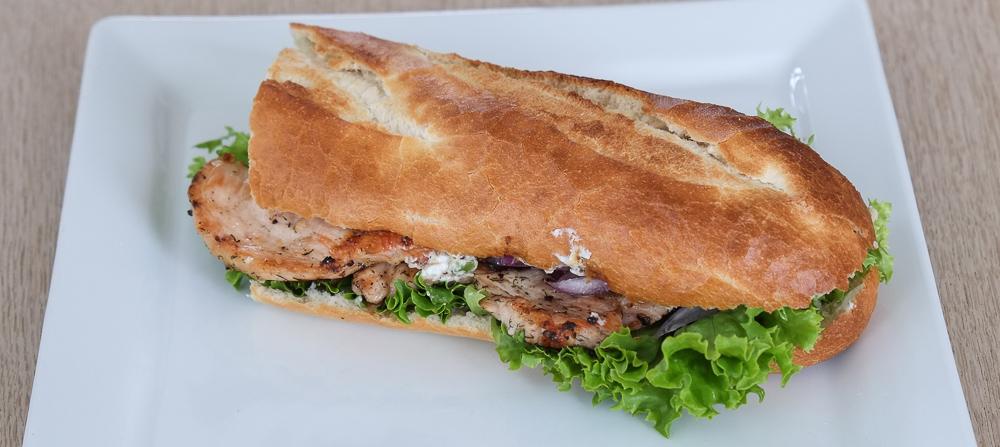 Sandwich med kyllingefilet og tzatziki fra Kemya Sandwichbar