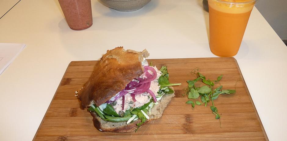 Sandwich med rørt laks på Café GLAD! i Aarhus