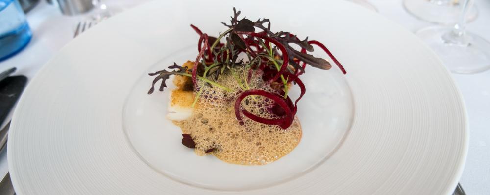 Skindstegt torsk med panchetta, rødbede i forskellige variationer, sennepsfrissé og med en hummer-sennepsskum på Miró