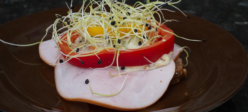 Skinke med hjemmelavet italiensk salat på Sigfreds Kaffebar