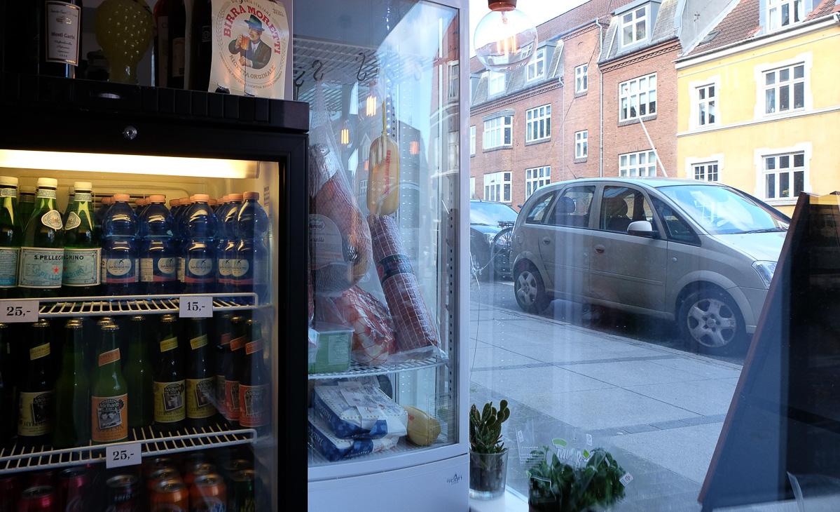 Skinke og pølser i skabet hos Fratelli på Trøjborg - Aarhus Update