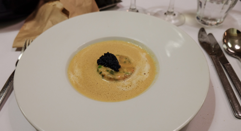 Skummende hummersuppe med timbale af hummer, krebs, rejer og små urter på Brasserie Belli