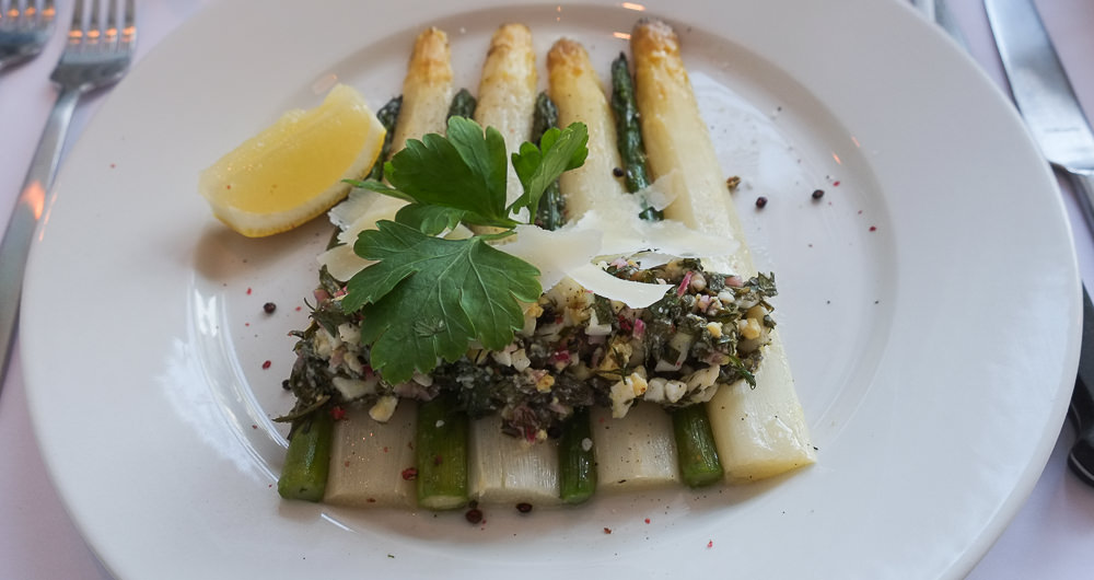 Smørdampede asparges med æggevinaigrette og parmesan på Restaurant Fedet i Risskov
