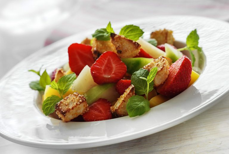 Sommerlig frugtdessert med bagte marcipancroutoner