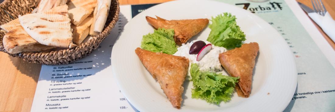 Spanakopita (indbagt græsk spinat og feta i filodej) hos Restaurant Zorba i Aarhus