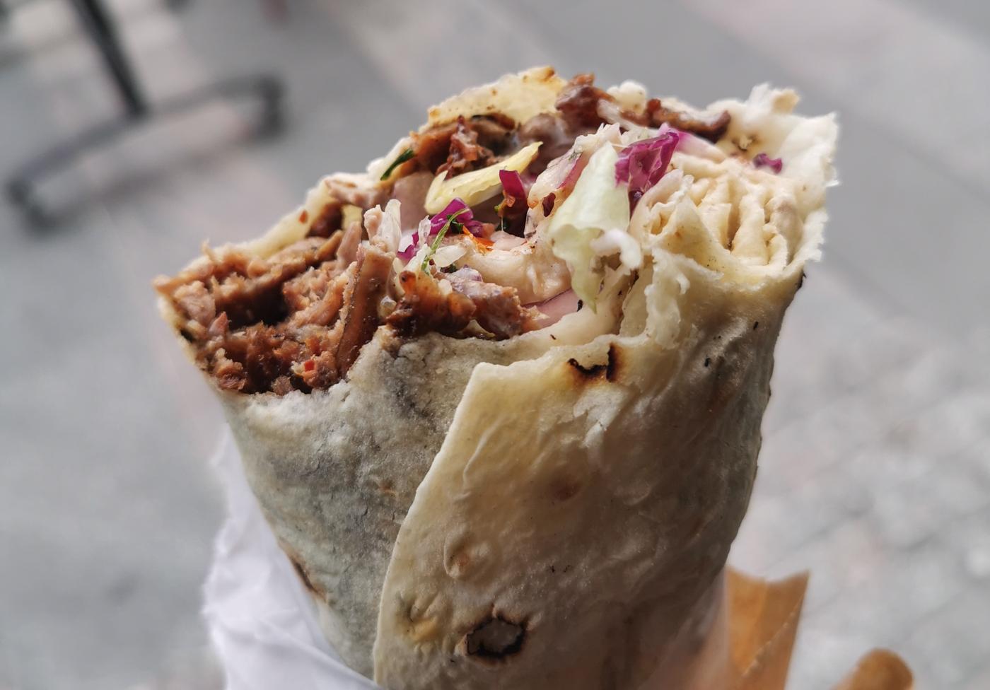 Royal Shawarma Bar: Melder klar med kål og hjemmelavet chilisauce